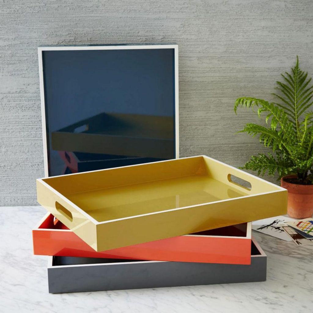 Love the bold lacquer and white trim on these rectangular trays