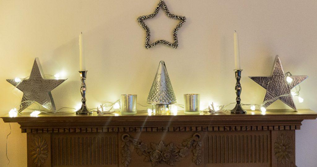 Minimal Christmas mantlepiece styling idea